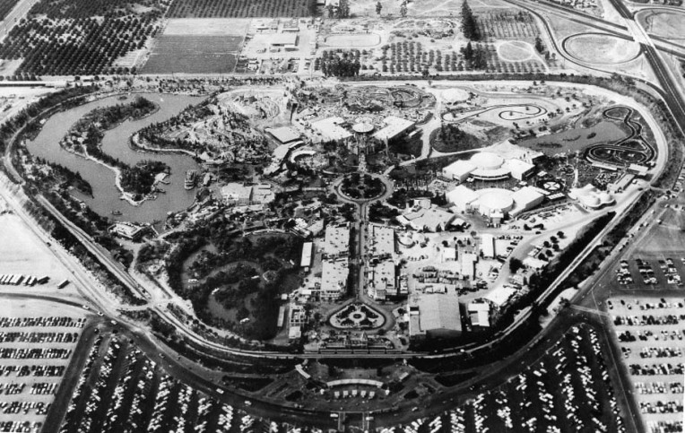 Aerial view of Disneyland in 1956. Image: https://commons.wikimedia.org/w/index.php?curid=6637188