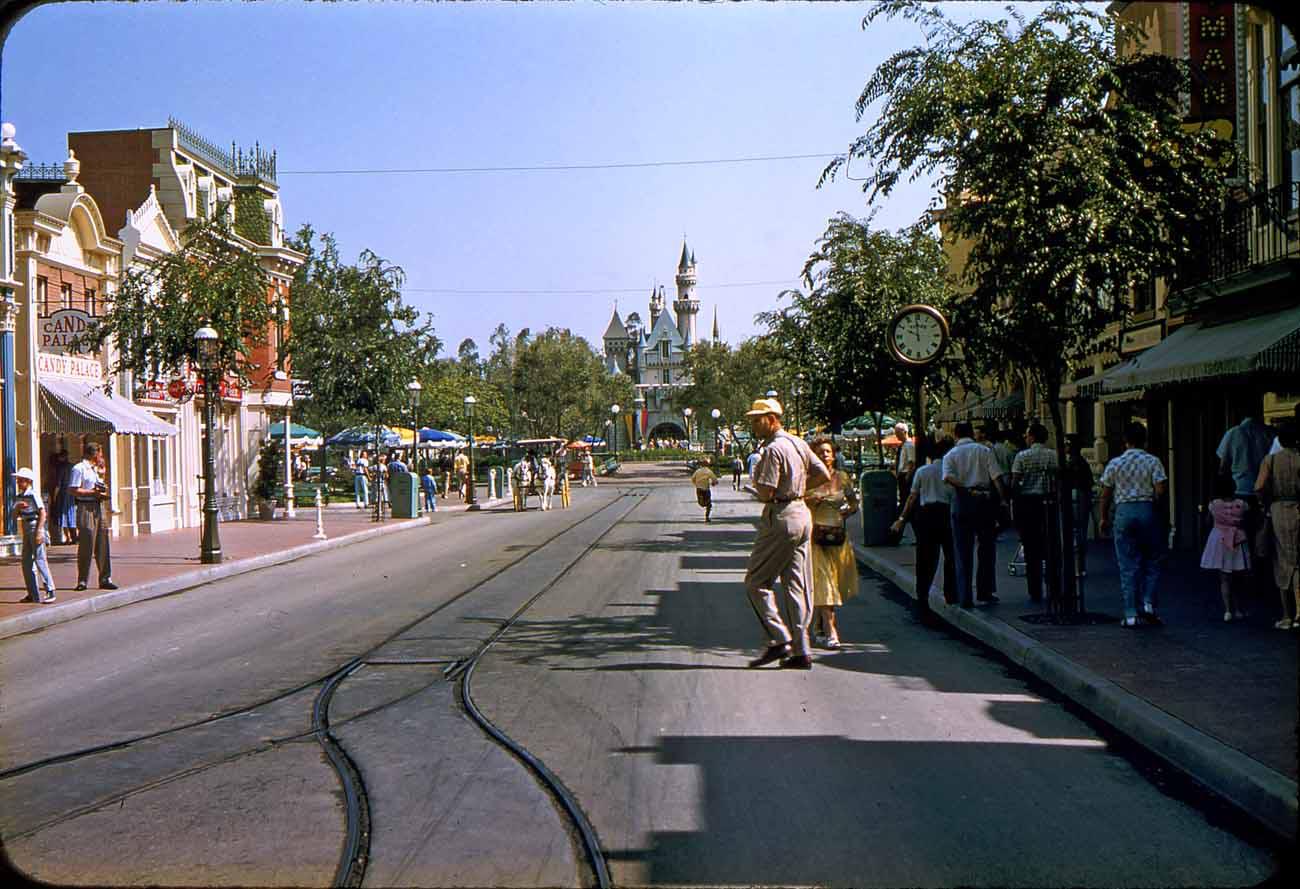 Main Street U.S.A. in the 1950s. Image: http://gorillasdontblog.blogspot.com/2007/12/main-street-usa-1950s.html